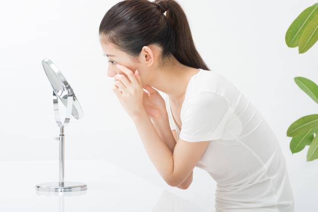 眼瞼下垂に悩む女性